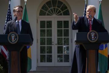Президенты США и Бразилии поддерживают лидера венесуэльской оппозиции Хуана Гуайдо