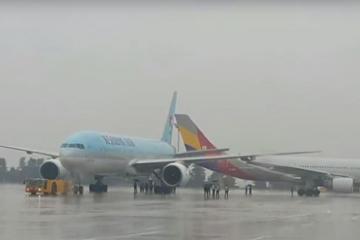 В аэропорту Токио столкнулись два грузовых самолета