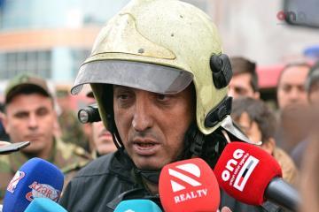 Начальник штаба: Тушение пожара в подвале здания продолжается