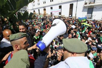 Полиция Алжира применила слезоточивый газ и водометы против демонстрантов