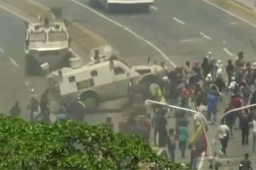 Venesuelada milli qvardiyanın zirehli avtomobili etirazçı kütləsinə çırpılıb - [color=red]VİDEO[/color]
