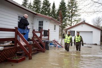Более 12 тысяч человек эвакуировали из-за паводка в Канаде