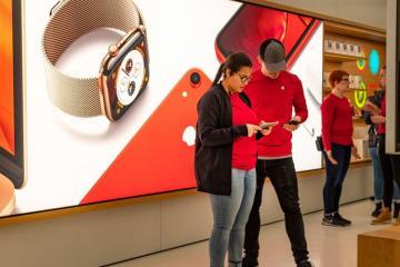 """Продажи """"iPhone"""" упали на 17%, но сервисный бизнес """"Apple"""" растет"""
