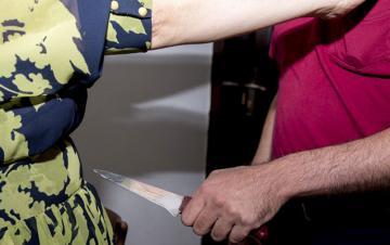 Biləsuvarda 73 yaşlı kişi həyat yoldaşını bıçaqlayıb