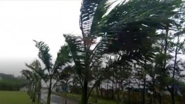 Powerful storm slams into eastern India coast