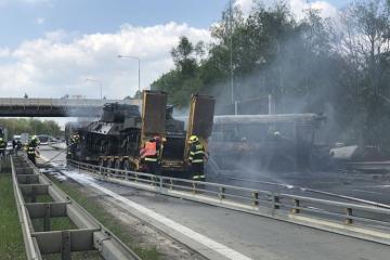 В Праге автобус с заключенными врезался в тягач