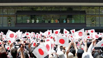 В Токио более 100 тысяч японцев пришли к дворцу увидеть нового императора