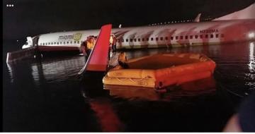 """Göyərtəsində 136 sərnişin olan """"Boeing 737"""" təyyarəsi çaya düşüb"""