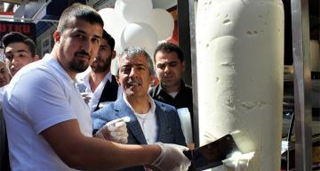 Турецкий предприниматель открыл летний сезон доняр-мороженым