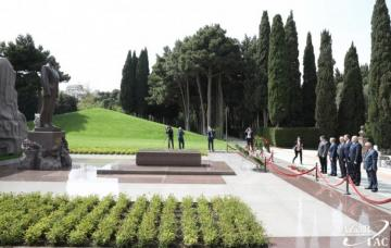 Georgian delegation pays respect to national leader Heydar Aliyev and Azerbaijani martyrs