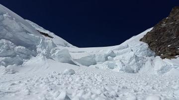 Altay dağlarında 7 turist qar uçqunu altında qalaraq ölüb