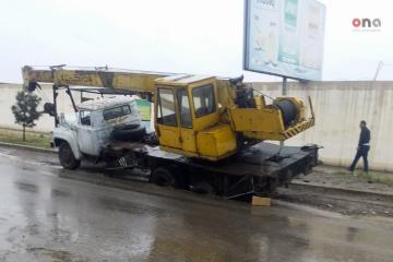 Gəncədə yolun çökməsi nəticəsində 2 yük avtomobili batıb