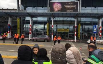 В Киеве из-за сообщения о бомбе эвакуированы аэропорт и несколько торговых центров