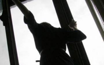 В Баку женщина бросилась с 8-го этажа