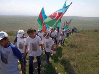 Школьники со знаменами Азербайджана поднялись на Кешикчидаг