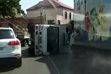 В Баку перевернулся грузовик - [color=red]ФОТО[/color]