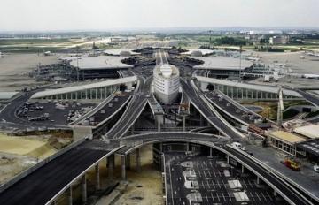 Сотни бездомных заблокировали терминал в парижском аэропорту