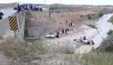 Şamaxıda azyaşlıların olduğu avtomobil çaya aşıb, uşaqlardan biri ölüb - [color=red]VİDEO[/color]