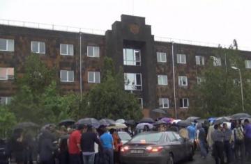 Ermənistanda etirazçılar Paşinyanın çağırışı ilə məhkəmələrə girişi bağlayıblar