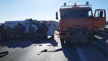 В Азербайджане столкнулись микроавтобус и грузовик, 4 человека погибли
