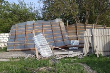 Сильный ветер снес крыши домов и школы