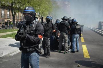 """Fransa polisi """"sarı jiletlilər""""in nümayişində jurnalistə zor tətbiq edib"""