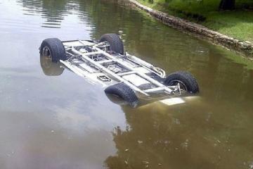 Bakıda avtomobil gölməçədə batıb, iki nəfər xilas edilib