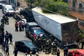 Meksikada qaçırılmış yük maşını 15 avtomobili əzib, ölənlər və yaralananlar var