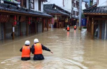 Не менее 350 тыс. человек находятся в зоне паводков на юге Китая