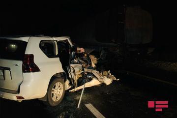 В Ходжасане Toyota врезалась в стоявший на дороге грузовик, есть раненые-[color=red] ФОТО[/color]