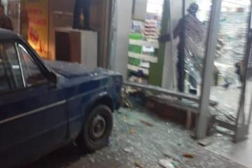 Sumqayıtda avtomobil marketə çırpılıb