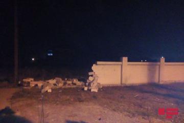 В Мингячевире ВАЗ снес каменный забор - [color=red]ФОТО[/color]