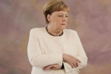 Angela Merkel Berlində çıxış edərkən səhnəyə yıxılıb - [color=red]VİDEO[/color]