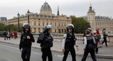 Knifeman kills four police officers in Paris
