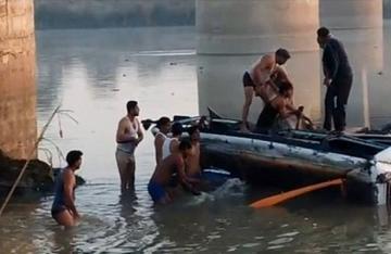 В Индии перевернулось судно, 7 человек погибли, 50 пропали без вести