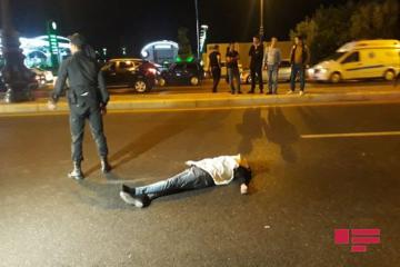 В Баку микроавтобус насмерть сбил сошедшего с автомобиля пешехода - [color=red]ФОТО[/color]
