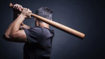 Житель Баку избил бейсбольной битой родственницу и ее дочь