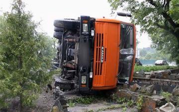 В Баку опрокинулся грузовик, пострадал водитель