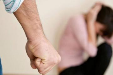 В центре Баку неизвестный жестоко избил женщину