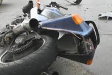 Abşeronda motosiklet aşıb, sürücüsünün ayağı sınıb
