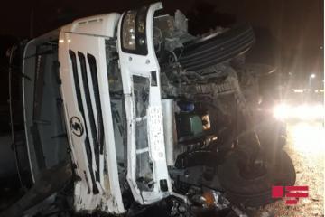 В Баку грузовик без тормозов смял три автомобиля - [color=red]ФОТО[/color]