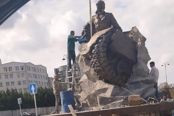 Monument to National Hero of Azerbaijan Albert Agarunov being erected in Baku