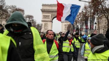 """В Париже на протестах """"желтых жилетов"""" задержали  90 человек"""