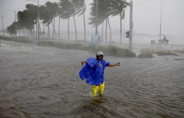 Şiddətli Faksai tayfunu 900 min evi işıqsız qoydu