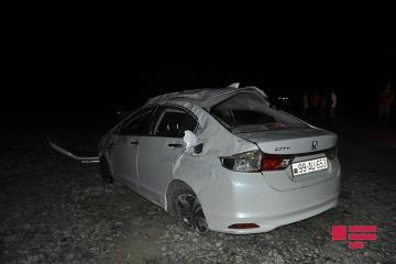 """Hacıqabulda """"Honda"""" təkərinin partlaması nəticəsində yoldan çıxaraq aşıb - [color=red]FOTO[/color]"""