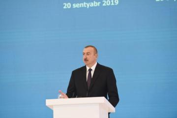 President Ilham Aliyev congratulates oil industry workers of Azerbaijan