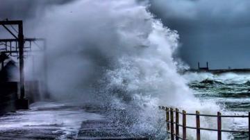 Из-за сильного ветра с моря эвакуированы сотни нефтяников