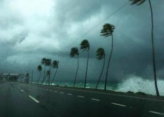 """Мощный ураган """"Лоренцо"""" идет к северо-восточному побережью Южной Америки"""