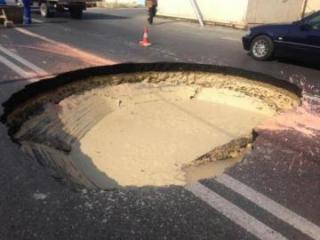 Massive sinkhole appears on a road in Baku - [color=red]PHOTO[/color]