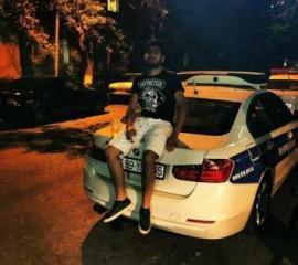 Взобравшийся на полицейский автомобиль житель Баку получил 15 суток